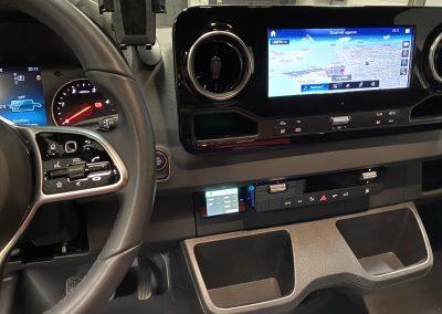 Stinger Systems View in Mercedes Sprinter geintegreerd naast onder de radio