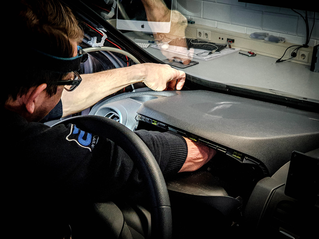 Kabel trekken door het dashboard